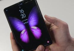 Samsung Galaxy Fold: la recensione del primo smartphone pieghevole Lo schermo si flette, il telefono si piega a metà: l'effetto novità è potente ma usabilità e software non convincono del  tutto - CorriereTV