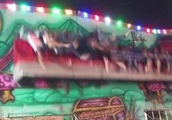 Si apre la barra di sicurezza della giostra: bimbi scaraventati in aria Le immagini riprese in un luna park in Thailandia. Sei persone sono rimaste ferite - CorriereTV