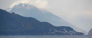 Stromboli spettacolare, fiocca la neve sul vulcano in eruzione