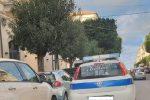 Vigile urbano fotografa auto dei colleghi in doppia fila e pubblica su Facebook
