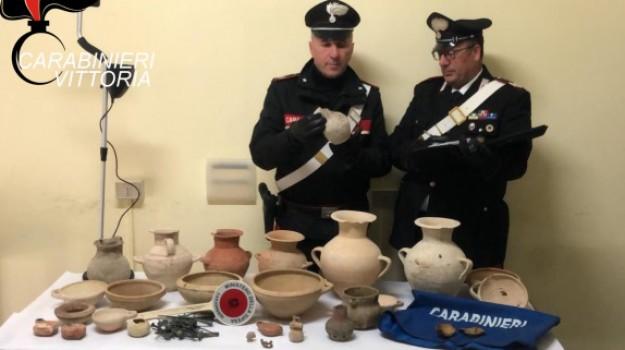 Vittoria, scavo clandestino in una necropoli greca: 3 denunce e reperti sequestrati