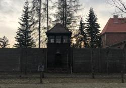 Auschwitz-Birkenau, gli studenti nel campo di sterminio con i sopravvissuti  Viaggio nei luoghi dove i fatti sono avvenuti. A 75 anni dalla liberazione dalla liberazione della più grande macchina di sterminio elaborata dal nazismo - CorriereTV