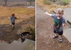 Australia: il bimbo vede la pioggia per la prima volta Il piccolo  sopraffatto dalla pioggia - CorriereTV