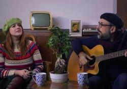 Brunori Sas e «L'insostenibile esigenza dei social»  Il cantatuore torna con un videoclip insieme all'attrice Michelòa Giraud sull'invadenza di Facebook e affini  - Corriere Tv