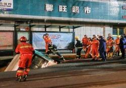 Cina, autobus pieno di passeggeri sprofonda in una voragine in strada: 6 morti Il terribile incidente è avvenuto in pieno giorno ad una fermata a Xining, capoluogo della provincia occidentale del Qinghai - CorriereTV