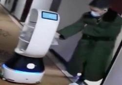 Coronavirus: i robot portano il cibo alle persone in quarantena nell'hotel Più di 200 turisti sono isolati in un albergo a Hangzhou - CorriereTV