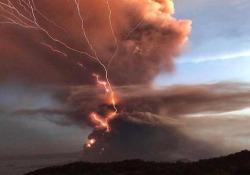 Filippine: la spettacolare (e paurosa) eruzione del vulcano Taal Le ceneri si sono spinte fino a 14 chilometri di distanza e le autorità hanno ha elevato il livello di allerta a quattro (su una scala di cinque) - CorriereTV