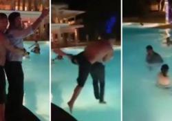 Francesco Totti e Pierfrancesco Favino: capodanno con bagno in piscina alle Maldive Il calciatore e l'attore sono in vacanza con le famiglie e hanno inaugurato così il 2020 - Corriere Tv