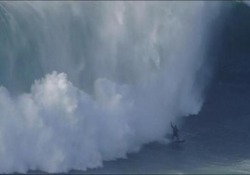 Il campione di surf viene travolto dall'onda alta 18 metri È successo a Nazaré, in Portogallo - CorriereTV