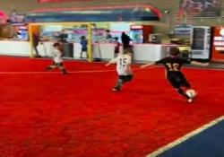 Il triplo  tunnel di questo baby calciatore è dolcissimo L'azione durante un torneo tra giovanissimi in New Jersey, Usa - CorriereTV