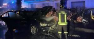 """Incendio per i """"botti"""" di Capodanno a Siracusa, due auto distrutte"""