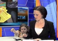 «Mamma, hai un messaggio sul cellulare»: la bimba interrompe la cronista in diretta tv La simpatica scena durante il notiziario sul canale russo TagilTV - CorriereTV