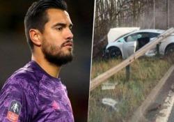 Manchester United, Sergio Romero distrugge la Lamborghini da 200.000 euro Il 32enne ex portiere della Samp è uscito illeso da un brutto incidente stradale in cui ha distrutto il suo bolide - CorriereTV