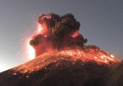 Messico, la spettacolare eruzione del vulcano Popocatépetl La nube di cenere si è sollevata in cielo per tre chilometri - CorriereTV