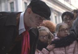 Musica, Achille Lauro pittore a sorpresa in centro di Milano Il cantante ha disegnato diversi simboli su tele sparse per piazza Duomo - Ansa