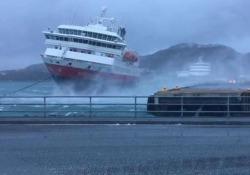 Norvegia: il traghetto travolto dalla tempesta colpisce il muretto del molo La MS Nordnorge stava attraccando nel porto di Bodo con un vento fortissimo - CorriereTV