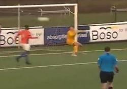 Olanda, il difensore vola di testa per salvare il gol Joedrick Pupe, difensore del Jong Almere City, squadra della terza serie olandese, ha effettuato un salvataggio spettacolare durante la partita contro l'ONS Sneek - Dalla Rete