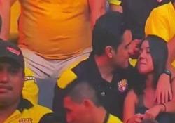 Tradimento in diretta tv? Bacia la ragazza allo stadio, poi il gelo Il breve video dagli spalti di Barcelona-Delfin è stato cliccato milioni di volte - CorriereTV