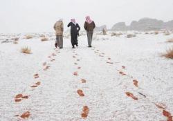 Una forte nevicata tinge di bianco l'Arabia Saudita La provincia di Tabuk, al confine con la Giordania, è stata ricoperta da una coltre di neve - CorriereTV
