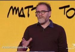 Valerio Mastandrea e i genitori, il monologo a Propaganda Live Il testo di Mattia Torre, scomparso recentemente, fa parte del film «Figli» appena uscito nei cinema  - Corriere Tv
