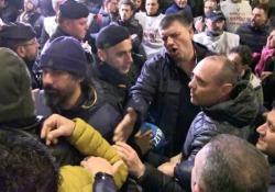 Whirlpool, i lavoratori aggrediscono i sindacalisti Un manifestante si è sentito male ed è stato portato via in ambulanza - Ansa