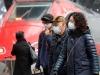 Viaggiatori indossano mascherine protettive