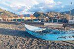 Brolo, trovata in spiaggia barca con scritta araba: legame con i sub morti?