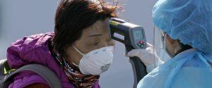 Coronavirus, folla inferocita attacca pullman di stranieri rimpatriati da Wuhan