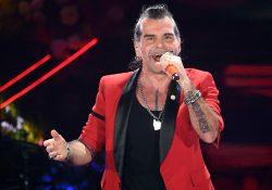 """Sanremo 2020, Piero Pelù canta """"Cuore matto"""" e duetta virtualmente con Little Tony"""