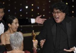 A Parasite l'Oscar come miglior film: la gioia del cast sul palco È il primo film in lingua straniera a vincere la statuetta più importante  - Corriere Tv