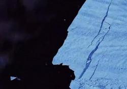 Antartide: si è staccato un enorme iceberg grande come Malta Il timelapse del ghiacciaio di Pine Island che si sfalda nelle immagini dell'Agenzia spaziale europea - CorriereTV
