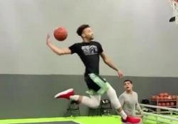 Basket, quando il gesto tecnico è spettacolare: la schiacciata in acrobazia «Hops», cioè Maxwell Pearce, giocatore degli Harlem Globetrotters posta sul suo profilo una schiacciata fantastica realizzata in allenamento - Dalla Rete