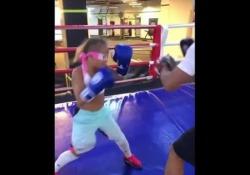 Boxe, la piccola campionessa si allena bendata Kira