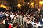 Carnevale a Bronte, giovane in sedia a rotelle cade durante la sfilata