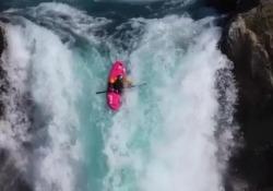 Col kayak si butta da una cascata alta 40 metri L'impresa spettacolare del giovane americano Dane Jackson - CorriereTV