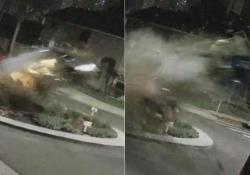 Come in un film d'azione: l'auto si schianta contro una rotatoria e vola in aria Il conducente, che non è rimasto ferito, è stato poi arrestato perché ubriaco - CorriereTV