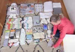 Da 82 anni la Finlandia regala ai neogenitori una baby box. Ecco cosa c'è dentro Tutine, set da bagno, bavaglini: la scatola donata dal governo come bonus-neonato - CorriereTV