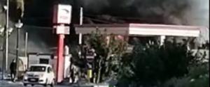 Gela, grosso incendio davanti a un distributore di benzina: un ustionato