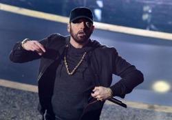 Eminem agli Oscar a sorpresa: è standing ovation  Il rapper ospite a sorpresa della serata: canta «Love yourself» 13 anni dopo aver vinto la statuetta per «8 Mile» - Corriere Tv