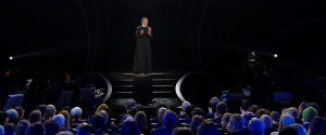 """Sanremo 2020, Fiorello apre il Festival in abiti sacerdotali: """"C'è bisogno di pace"""""""
