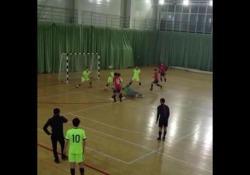 Futsal, lo schema su punizione con il cucchiaio I modi per calciare una punizione possono essere infiniti, così i modi per essere creativi - Dalla Rete