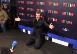 Gabbani si fa intervistare in ginocchio: «Contento per Diodato, meritava di vincere» Il cantante al termine della serata finale  - Corriere TV