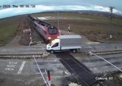 Il treno merci centra il camioncino: l'impatto è devastante Il conducente del veicolo è sopravvissuto: le immagini da un passaggio a livello in Turchia - CorriereTV