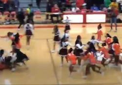 Illinois, la coreografia tra le cheerleader finisce in rissa Una parola di troppo e le ragazze che si esibivano nella cittadina di East St. Louis prima di una partita di basket se le sono date di santa ragione - Corriere Tv