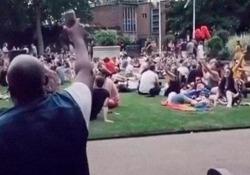 Intona «Livin' On A Prayer» di Bon Jovi e tutto il parco inizia a cantare Il video ha raccolto 1 milione di visualizzazioni in poco tempo - CorriereTV