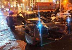 La polizia moscovita ferma una «Batmobile» Al volante non c'era un supereroe: la polizia ha tolto dalla circolazione la «Batmobile» fabbricata in casa - CorriereTV