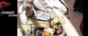La foto che ritrae il neonato coperto di banconote