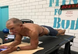 Nuovo record mondiale di planking: 62enne resiste più di 8 ore Una resistenza incredibile: l'americano George Hood, ex marine, è riuscito a stabilire il record mondiale - CorriereTV