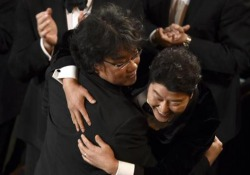 Parasite vince l'Oscar come miglior film: gli abbracci del cast prima di salire sul palco Agli Oscar 2020 trionfa il film firmato dal coreano Bong Joon-ho - Corriere Tv