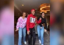 """«Renegade Dance», ecco il  tormentone su Tik Tok  La 14enne Jalaia ha lanciato la danza, ma a renderla virale è stata l'influencer (bianca) Charli d'Amelio. Polemica """"sull'appropriazione culturale"""" - Corriere Tv"""